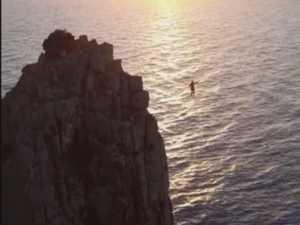 Spectacular stunt walk between Tasmanian cliffs
