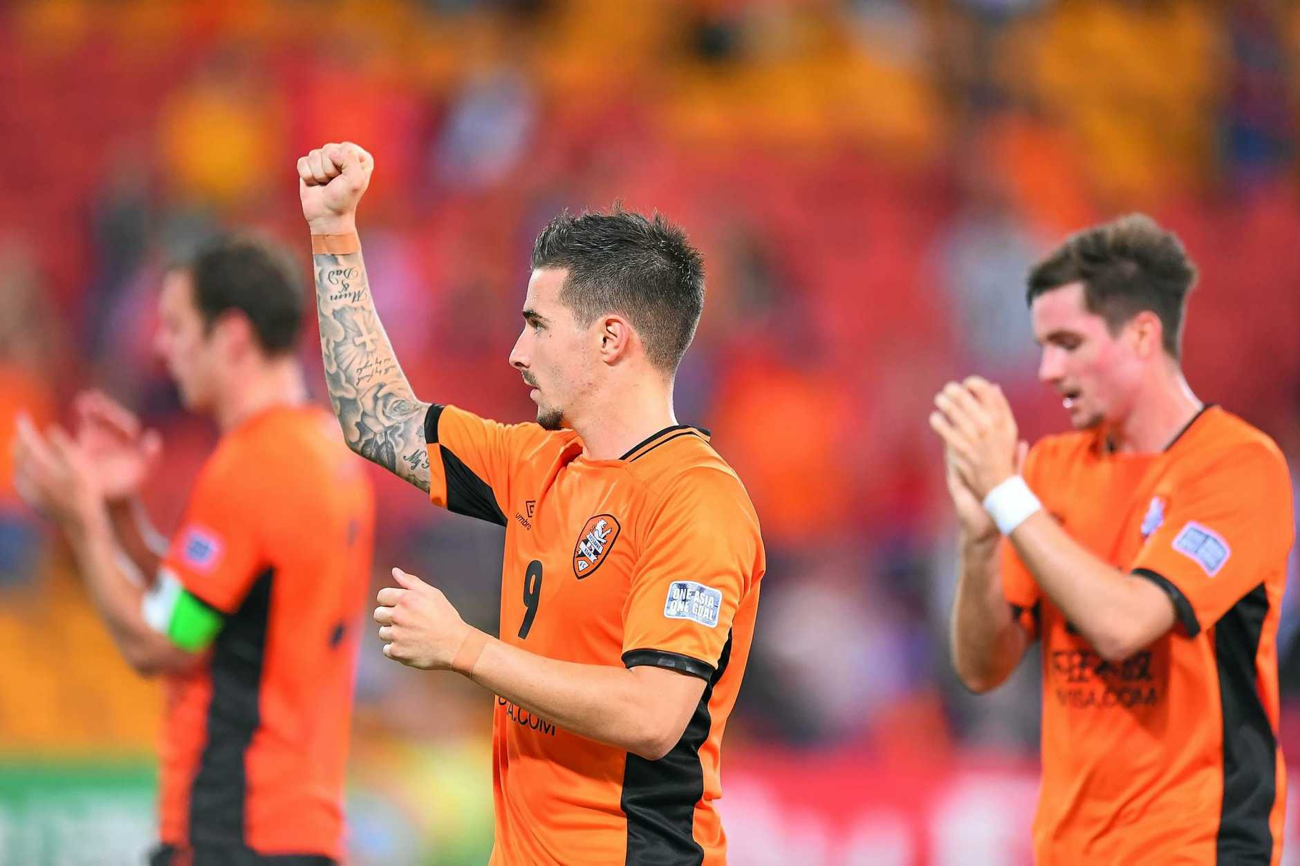 Jamie MacLaren of the Roar salutes the fans after the match at Suncorp Stadium