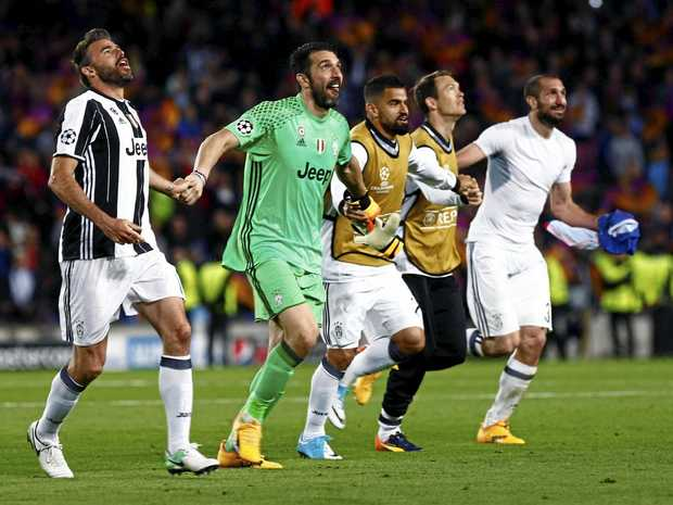 epa05916111 Juventus players celebrate with supporters at the end of the UEFA Champions League quarter final second leg match between FC Barcelona and Juventus played at the Camp Nou stadium in Barcelona, northeastern Spain, 19 April 2017.  EPA/QUIQUE GARCIA