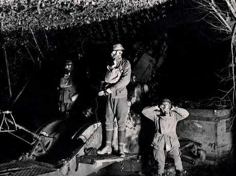 Frank Hurley photographs an artillery crew in the First World War.