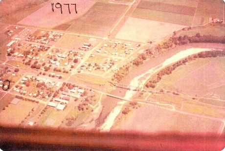 An aerial shot of Platypus Beach and the Pioneer River in 1977