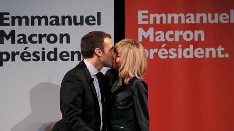 Macron and his wife kiss after the first round of the French presidential elections. Photo AAP