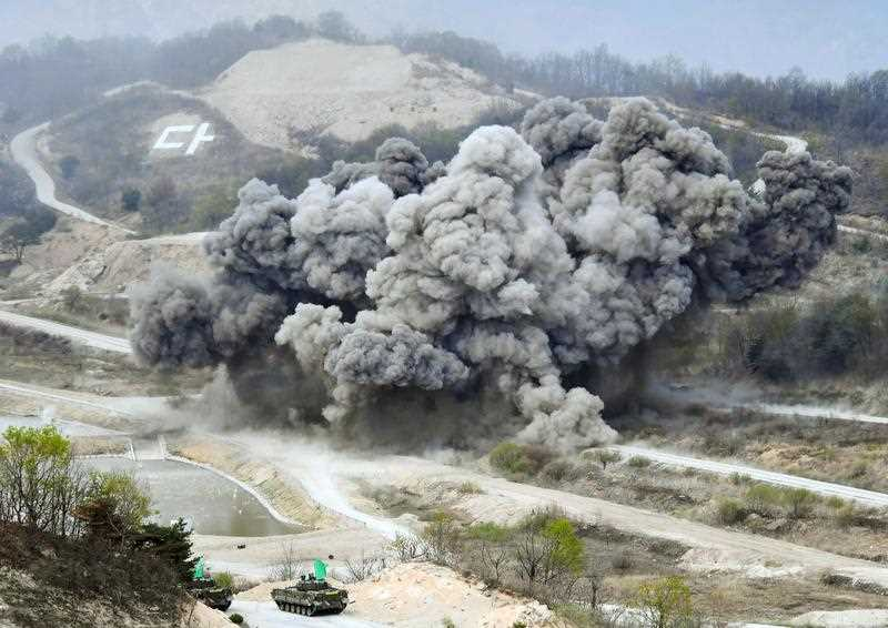Live-fire drills jointly conducted by the South Korean and U.S. armed forces in Pocheon, South Korea, near the Demilitarized Zone dividing South and North Korea. (Kyodo)
