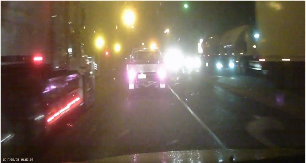 Truck driver doesn't slow down on the yellow light