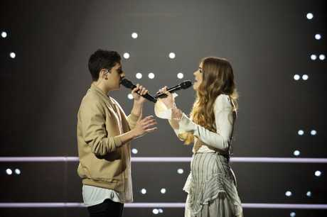 Sally Skelton and Bojesse Pigram perform on The Voice.