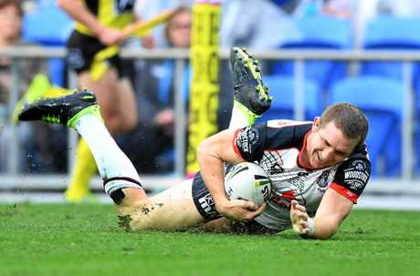 Warriors player Ryan Hoffman scores a try against the Titans.