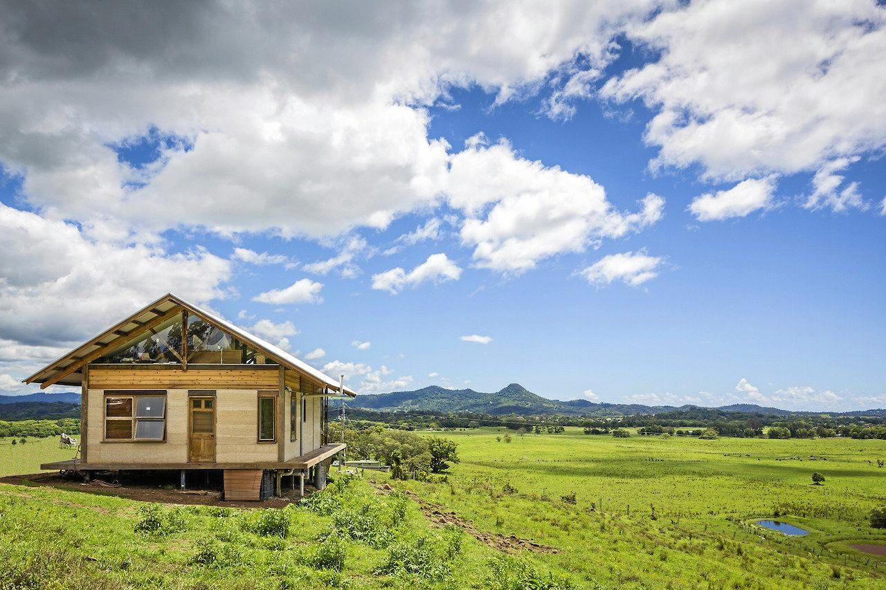 SkyFarm in Mullumbimby is a unique hemp and reclaimed-timber studio and is a carbon negative home. The studio was built in three months by the team from Balanced Earth.