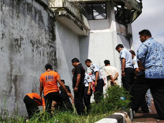 Authorities discover the escape tunnel at Kerobokan Jail in Bali.