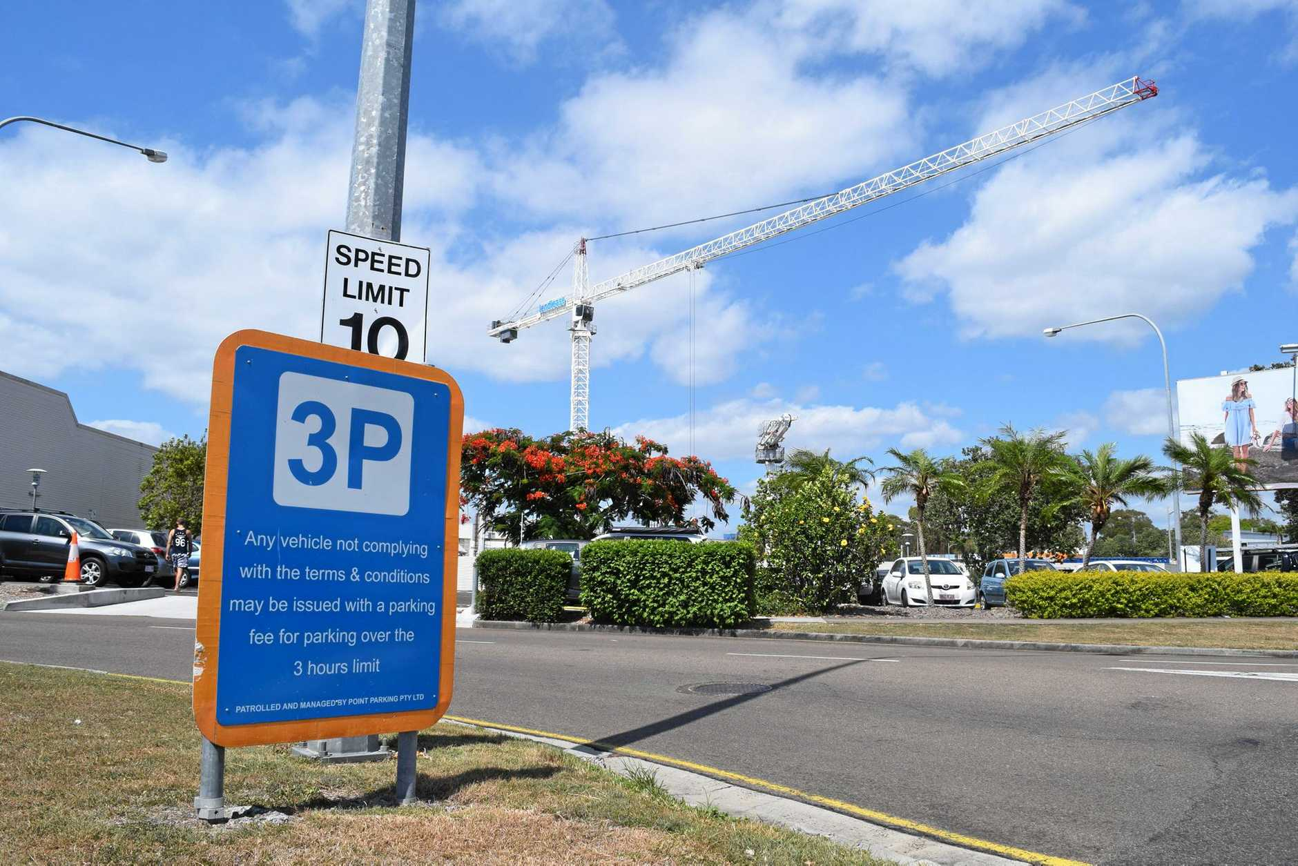 A 3P parking sign warns Sunshine Plaza customers of restrictions.