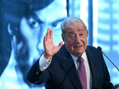 Boxing promoter Bob Arum has slammed the performance of Manny Pacquiao's support staff.