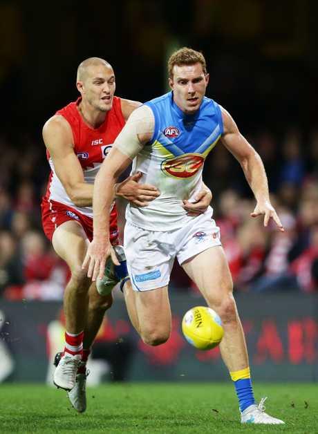 Thompson leads Sydney forward Sam Reid to the ball last week. Photo: Getty