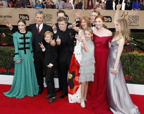 epa05760546 (L-R) Actors Samantha Isler, Viggo Mortensen, Charlie Shotwell, Matt Ross (hidden), Nicholas Hamilton, Trin Miller, Shree Crooks, George MacKay, Annalise Basso and Erin Moriarty from the cast of the Captain Fantastic arrive for the 23rd annual Screen Actors Guild Awards ceremony at the Shrine Exposition Center in Los Angeles, California, USA, 29 January 2017. EPA/PAUL BUCK