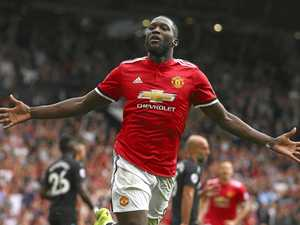 Lukaku double gets United off to perfect start