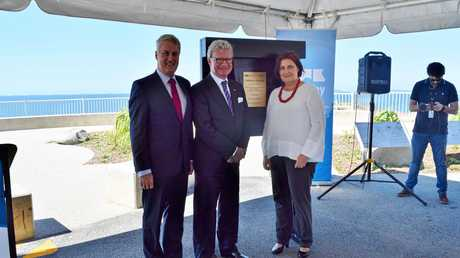 The Queensland Governor General Paul de Jersey, Mayor Greg Williamson and member for Mackay Julieanne Gilbert unveil the new Lamberts Lookout plaque.