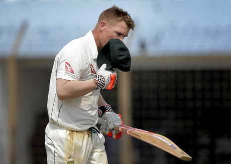 David Warner kisses his cap after scoring a hundred