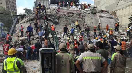People search for survivors in a collapsed building in the Roma neighborhood of Mexico City, Tuesday, Sept. 19, 2017. A powerful earthquake has jolted Mexico, causing buildings to sway sickeningly in the capital on the anniversary of a 1985 quake that did major damage. (AP Photo/Enric Marti)