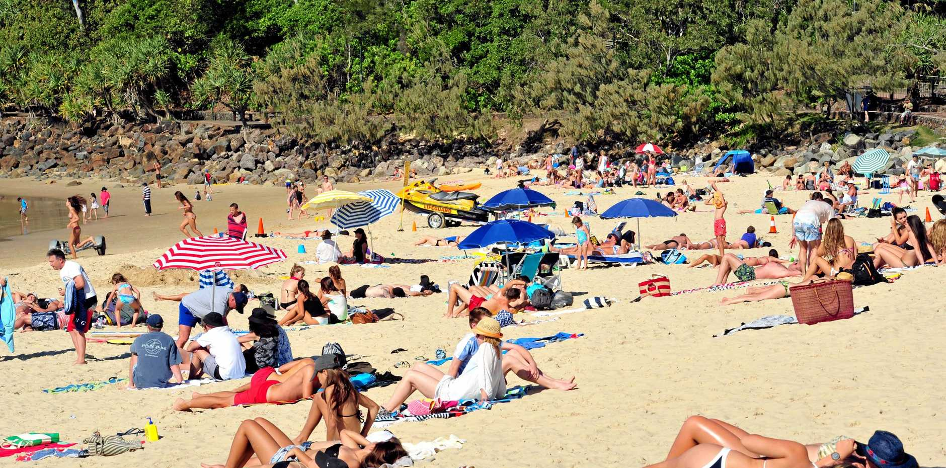 Beaches busy as crowds flock to Noosa for the School Holidays. (L-R) Crowd at Noosa Main Beach. Photo Geoff Potter / Noosa News