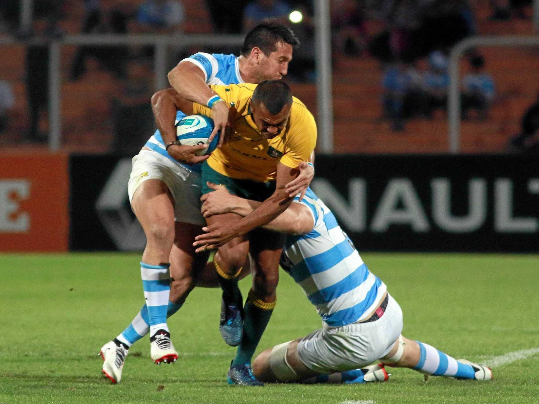epa06251481 Wallabies' Kurtley Beale (C) in action against Pumas during their match of the Rugby Championship at Malvinas Argentinas Stadium, in Mendoza, Argentina, 07 October 2017.  EPA/PACHY REYNOSO