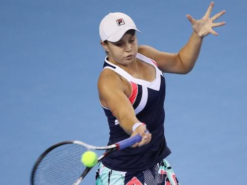 Ashleigh Barty returns a shot against Elina Svitolina during the women's singles second round on day five of 2017 China Open. Photo: Getty Images