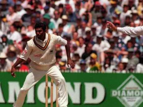 Darrell Hair calls Muttiah Muralitharan for a no-ball.