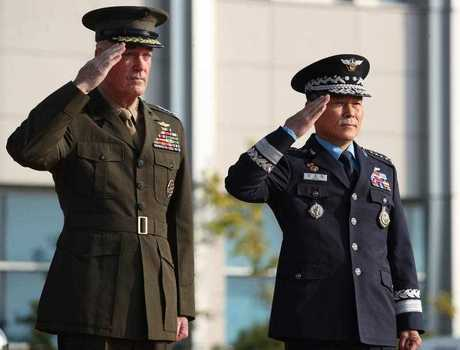 General Joseph Dunford (L), chairman of the US Joint Chiefs of Staff (JCS), and his South Korean counterpart General Jeong Kyeong-doo (R) salute during a welcoming ceremony at South Korea's JCS headquarters in Seoul, South Korea, 27 October 2017.