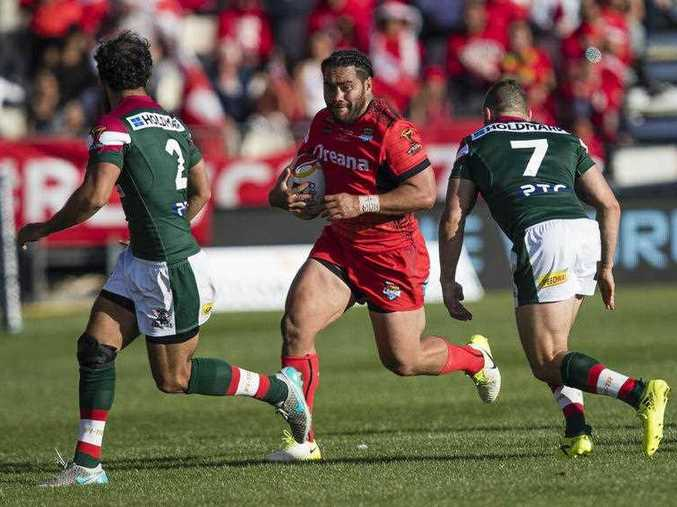 Konrad Hurrell of Tonga (centre) looks to beat Travis Robinson of Lebanon (left) and Robbie Farah in the Rugby League World Cup quarter final match between Tonga and Lebanon at AMI Stadium in Christchurch, New Zealand, Saturday, November 18, 2017.