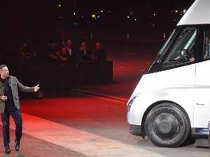 Tesla Chairman and CEO Elon Musk unveils the new 'Semi' electric truck. / AFP PHOTO / Veronique DUPONT