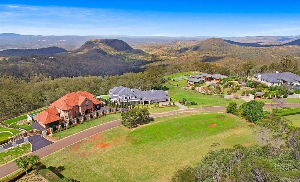 25-31 Kara View Court was passed in at $950,000 at auction on the weekend.