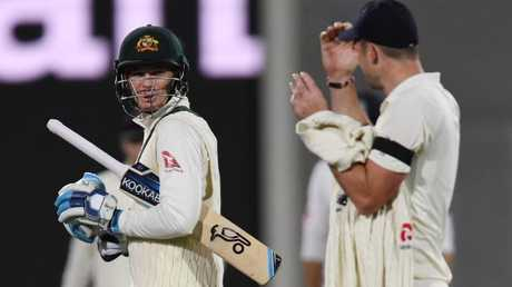Peter Handscomb has words with Jimmy Anderson.