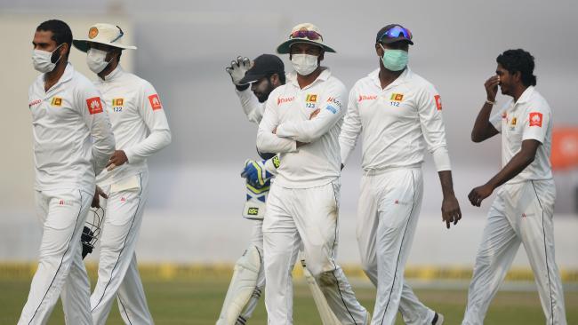 Sri Lanka players wear anti-pollution masks in Delhi.