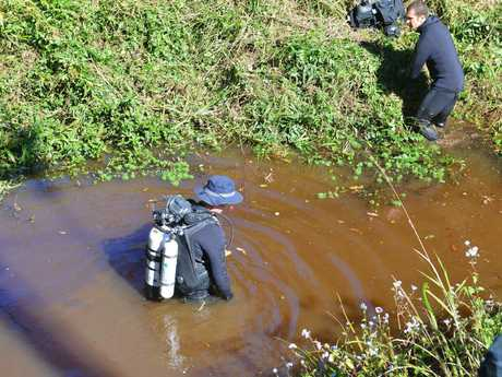 Police and SES search for clues for a missing Tanawha man. Photo: Warren Lynam / Sunshine Coast Daily