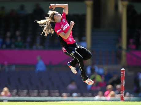 Ellyse Perry flies in for the Sydney Sixers.