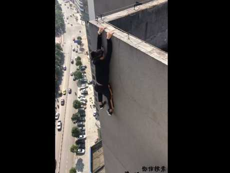 Yongning performing a similar stunt. Picture: Weibo