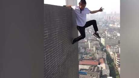 Wu Yongning performing a similar building side stunt. Picture: Weibo
