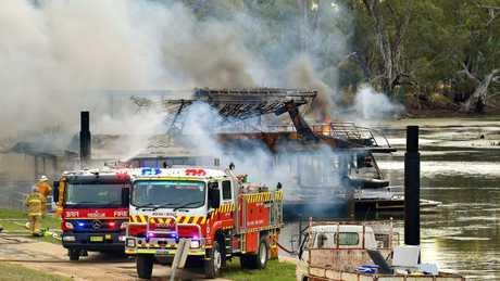 Epic blaze destroys 10 houseboats gladstone observer for Epic deep house