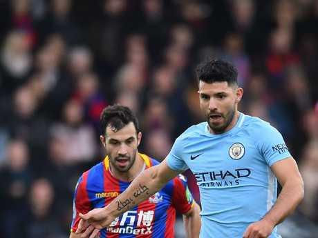 Manchester City's Argentinian striker Sergio Aguero (R)