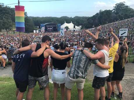 Crowds enjoy a 'friendly' moment of camaderie while Daryl Braithwaite sing The Horses at Falls 2017-18.