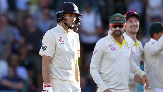 England batsman Joe Root (L) walks off after being dismissed by Australia on the first day of the fifth Ashes cricket Test match at the SCG in Sydney on January 4, 2018. / AFP PHOTO / WILLIAM WEST / IMAGE RESTRICTED TO EDITORIAL USE — STRICTLY NO COMMERCIAL USE