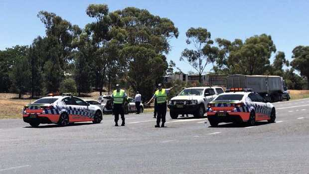 Newell Highway crash: Two killed and others trapped