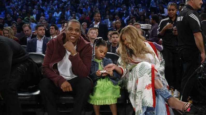 Jay Z and Beyonce have given their friends Kim Kardashian and Kanye West a $26,000 baby bracelet.