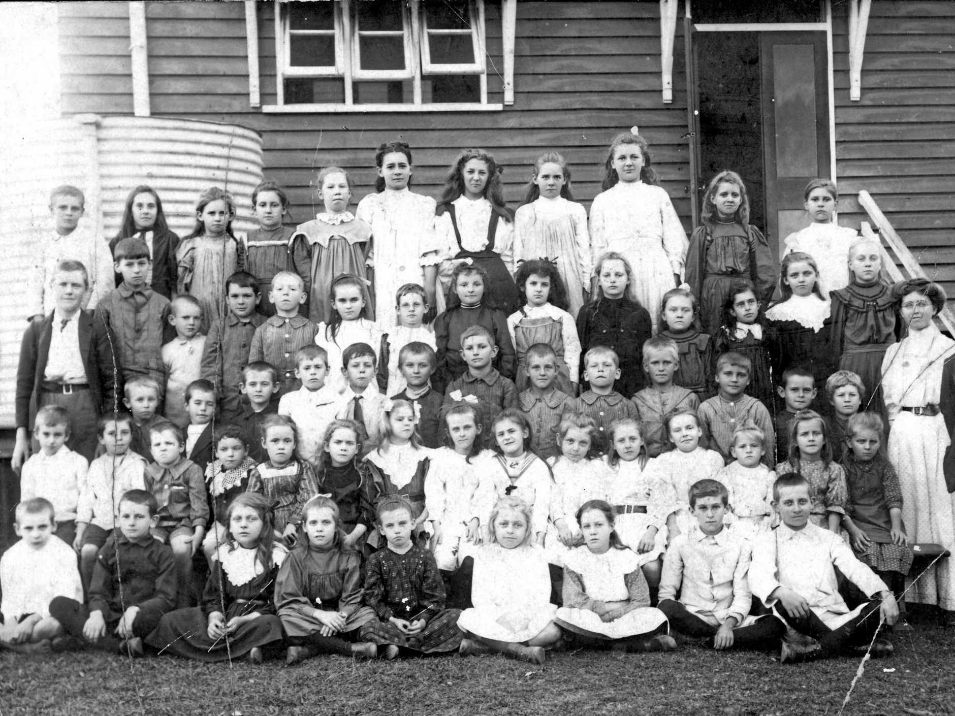 The students and teachers at Yandina State School in 1911.