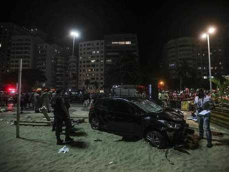 Emergency personnel investigate the site of an accident in Rio de Janeiro, Brazil, on 18 January 2018. At least 15 people were injured when a driver plowed into crowd on Copacabana beach. EPA/Antonio Lacerda