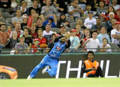 Jake Weatherald catches a throw from Strikers teammate Ben Laughlin to dismiss Dwayne Bravo.
