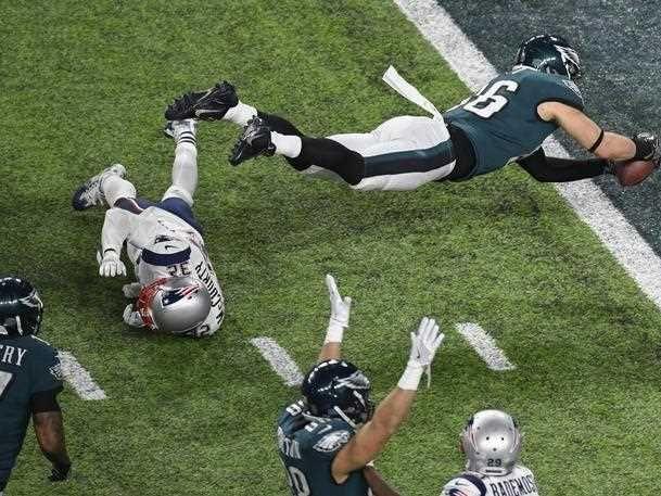Philadelphia Eagles tight end Zach Ertz (R) dives for a touchdown against New England Patriots