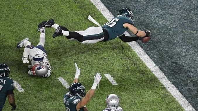 Philadelphia Eagles tight end Zach Ertz (R) dives for a touchdown against New England Patriots