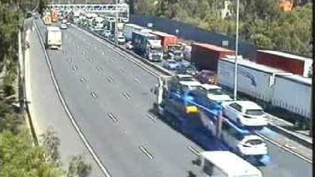 Traffic builds on the Monash Fwy at Heyington Bridge. Picture: Vic Roads.