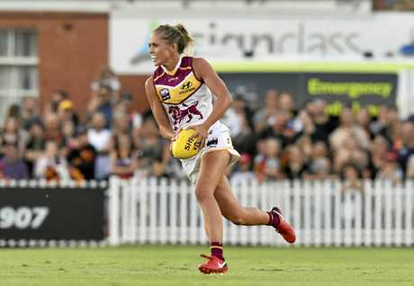 Kaitlyn Ashmore finds space against the Crows.