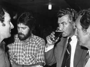 Bob Hawke skolls beer