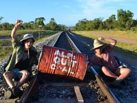 Lilli Barto and Natan Shlomo protest against the mine. Photo Front Line Action on Coal
