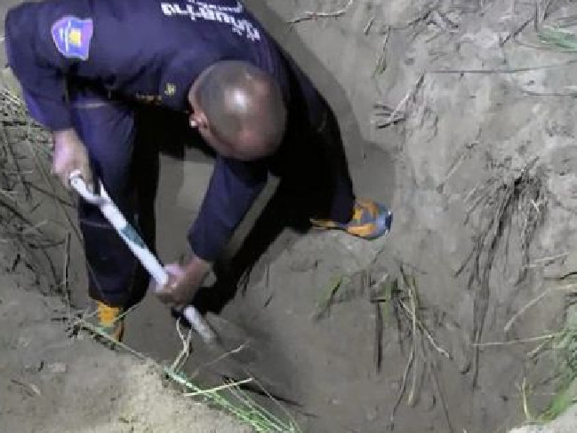 Thai police dig for Wayne Schneider's body.